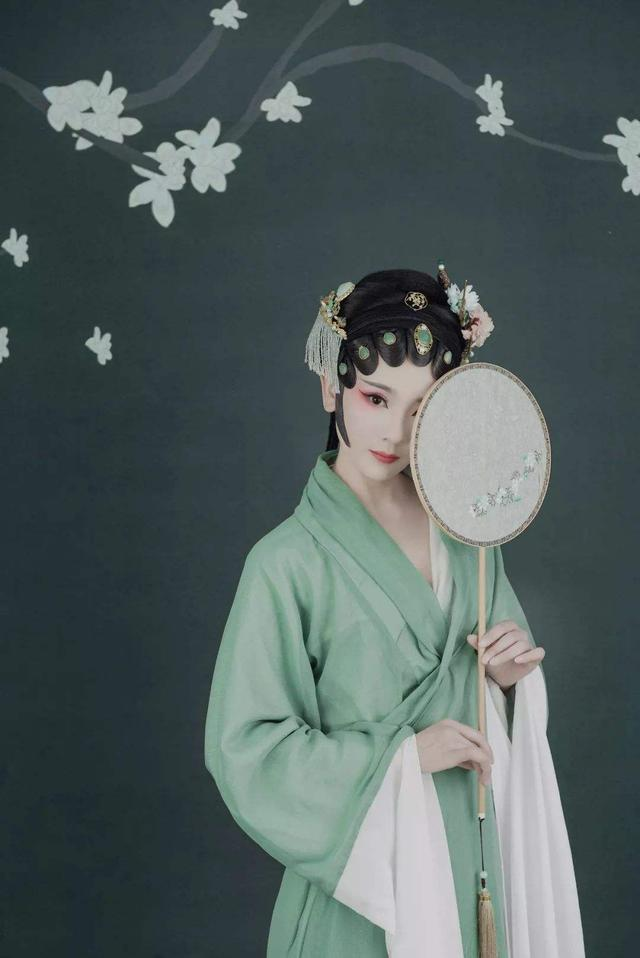 各具神韵的古代服饰,棉麻丝帛、绫罗绸缎,仿佛就是一件艺术品